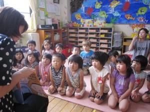 図書ボランティアのお母様方に絵本を読んでもらいました。