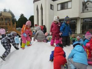 雪遊びをしました(赤組・白組)